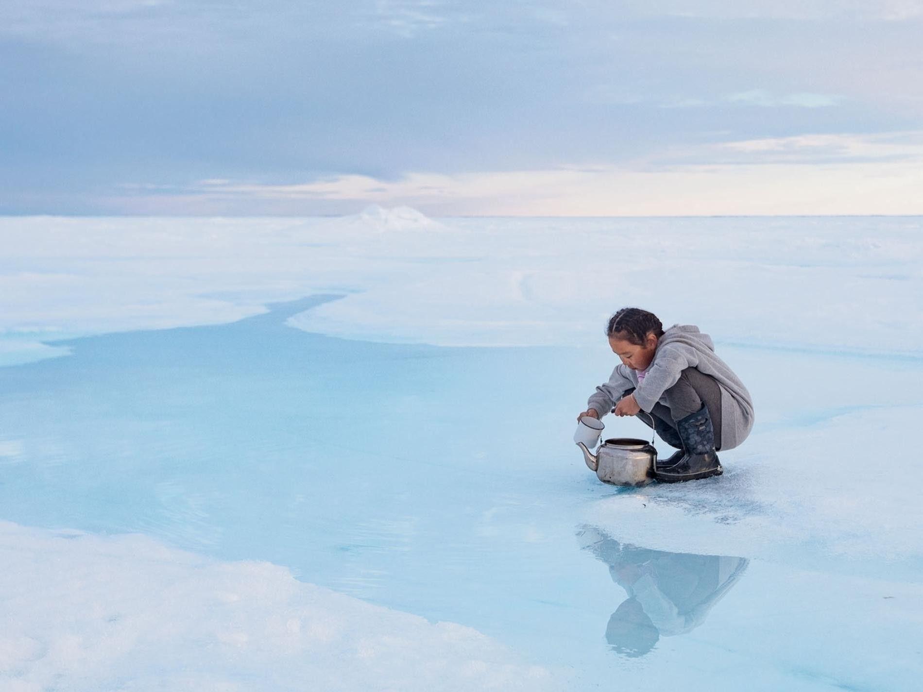 Cuando la banquisa envejece, la sal se hunde al océano y deja sobre ella agua dulce ...
