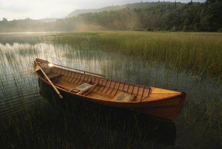Una canoa Adirondack flota en Connery Pond