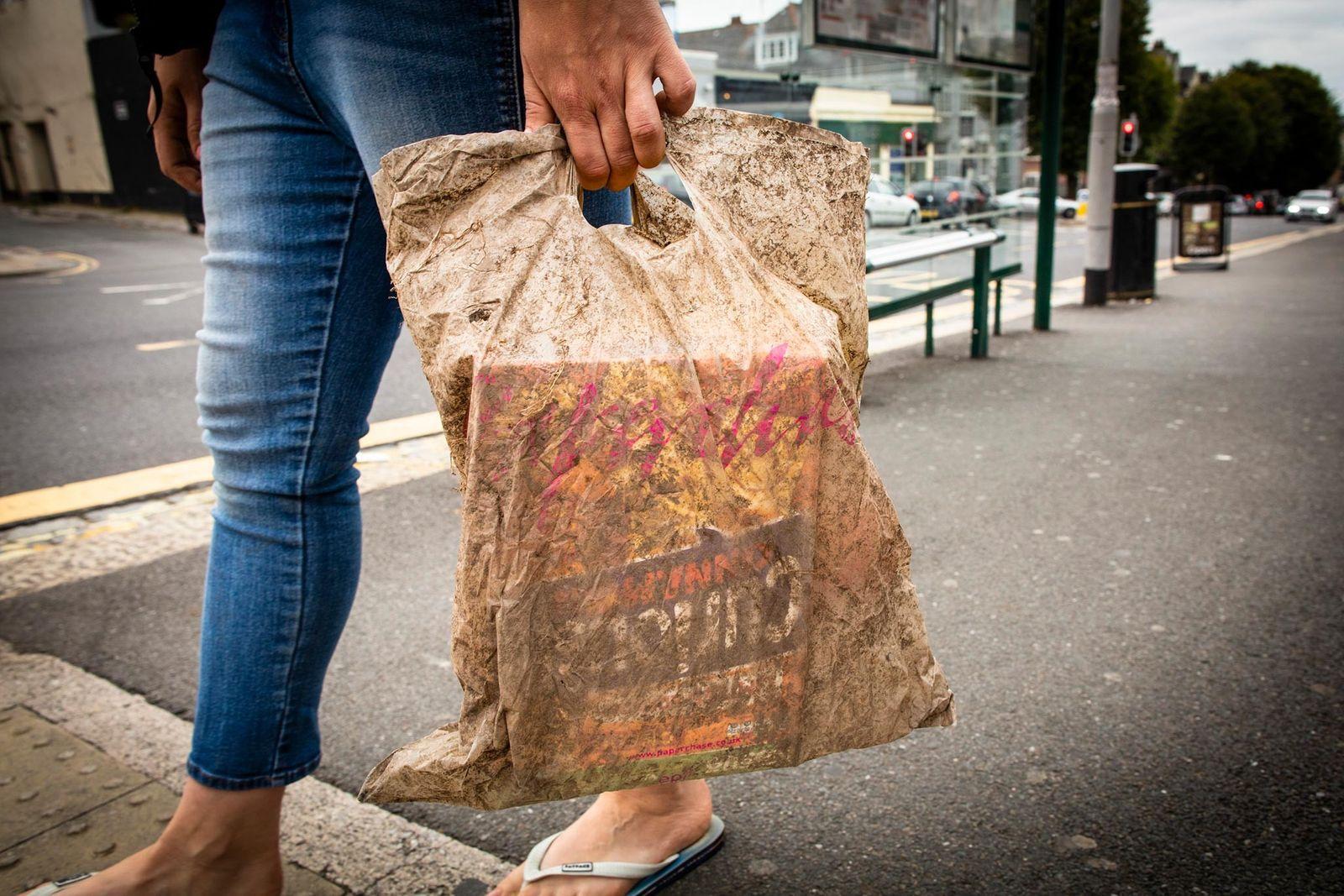 Las bolsas biodegradables permanecen intactas tras pasar tres años enterradas
