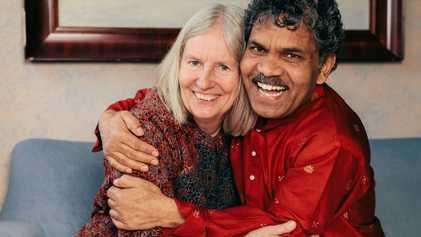 Este hombre viajó de la India a Suecia en bicicleta por amor