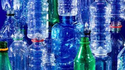 La botella de plástico: de recipiente milagroso a residuo odiado