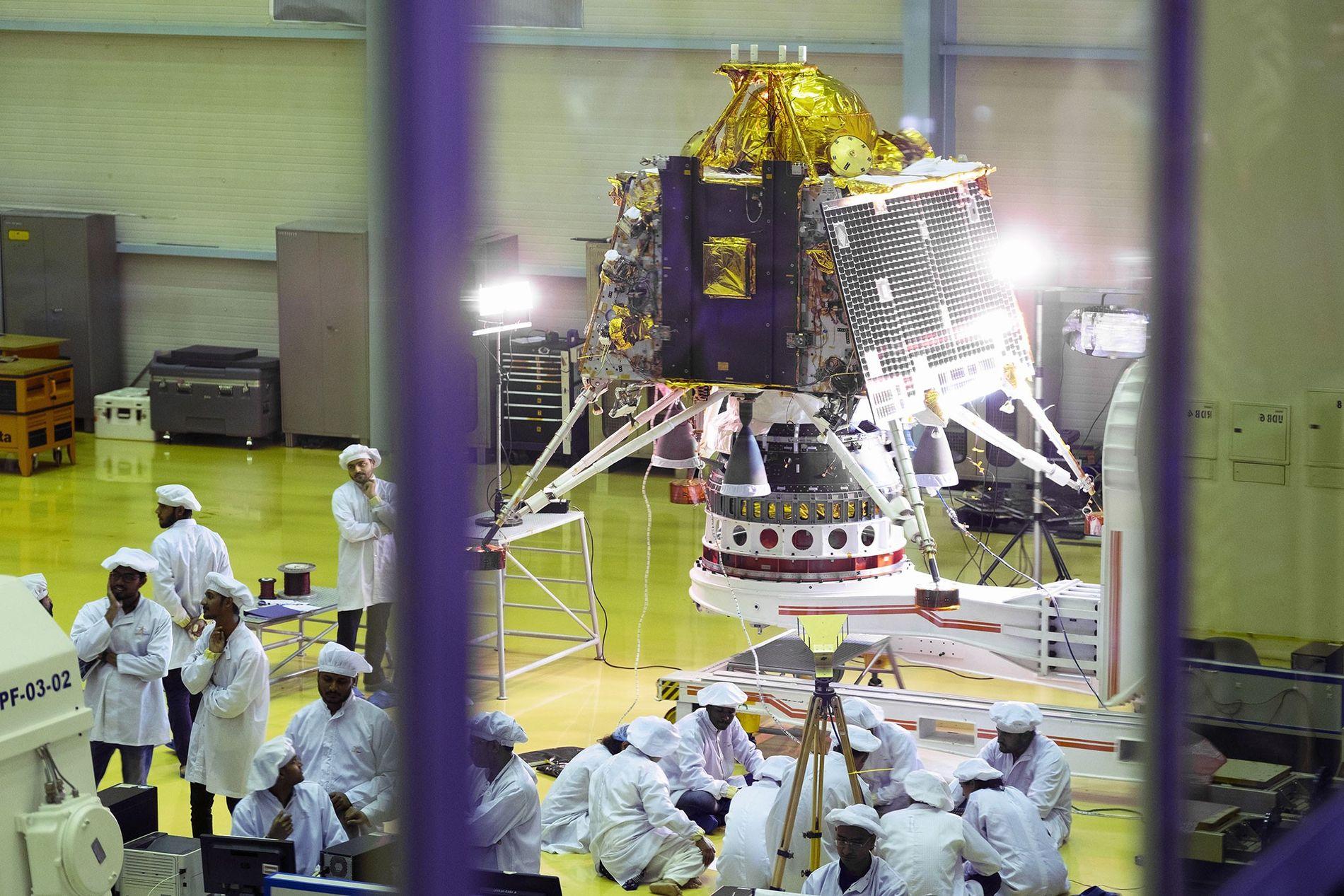 Científicos y empleados observan el Vikram, el módulo de aterrizaje de la Chandrayaan-2, en un centro de pruebas de la sede de la Agencia India de Investigación Espacial, en Bangalore. Tras conseguir lanzar la Chandrayaan-2, India espera convertirse en el cuarto país que logre un alunizaje suave.