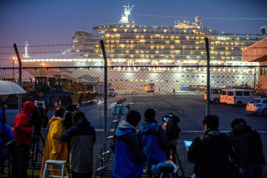 El repunte de los casos de coronavirus fuera de China demuestra que las restricciones de viajar ...