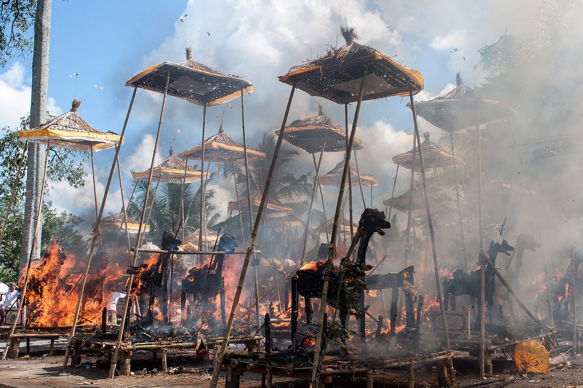 Varios sarcófagos arden durante una incineración hindú tradicional el 18 de agosto de 2013 en Bali, Indonesia.