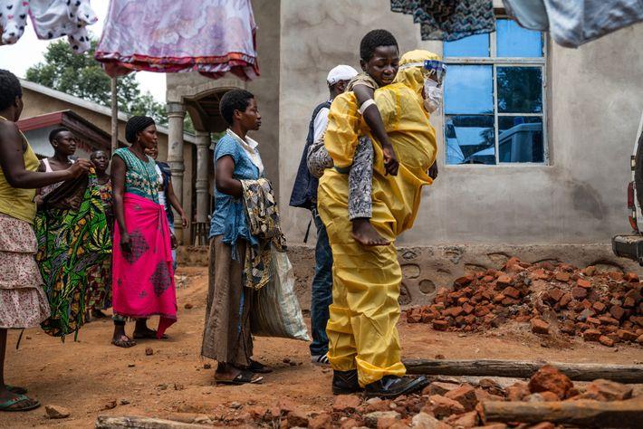 Una trabajadora sanitaria lleva a Kakule Kavendivwa a una ambulancia