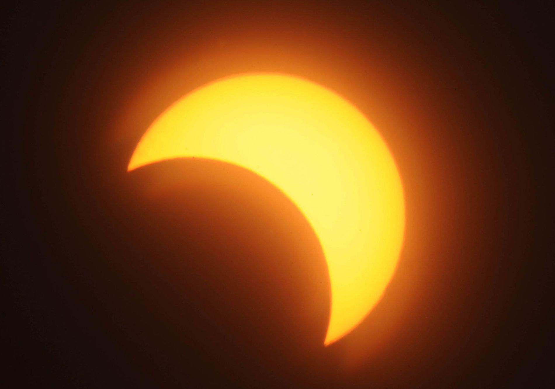 Un eclipse solar parcial brilla sobra la capital de Sudán, Jartum, el 3 de noviembre de 2013.
