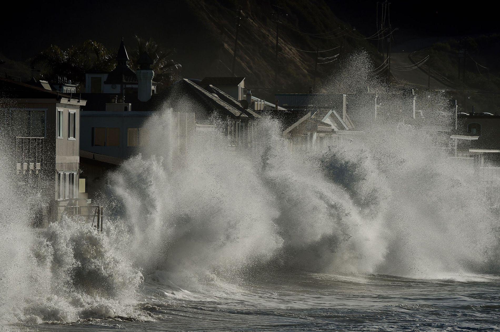 Las olas de una tormenta impactan en las casas junto al mar en Mondos Beach, California, el 12 de enero de 2016, durante un intenso fenómeno de El Niño. Podría volver a ocurrir.