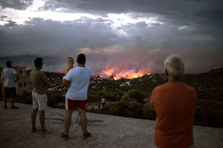 Un incendio forestal arde cerca de la ciudad de Rafina, cerca de Atenas, Grecia, el 23 ...