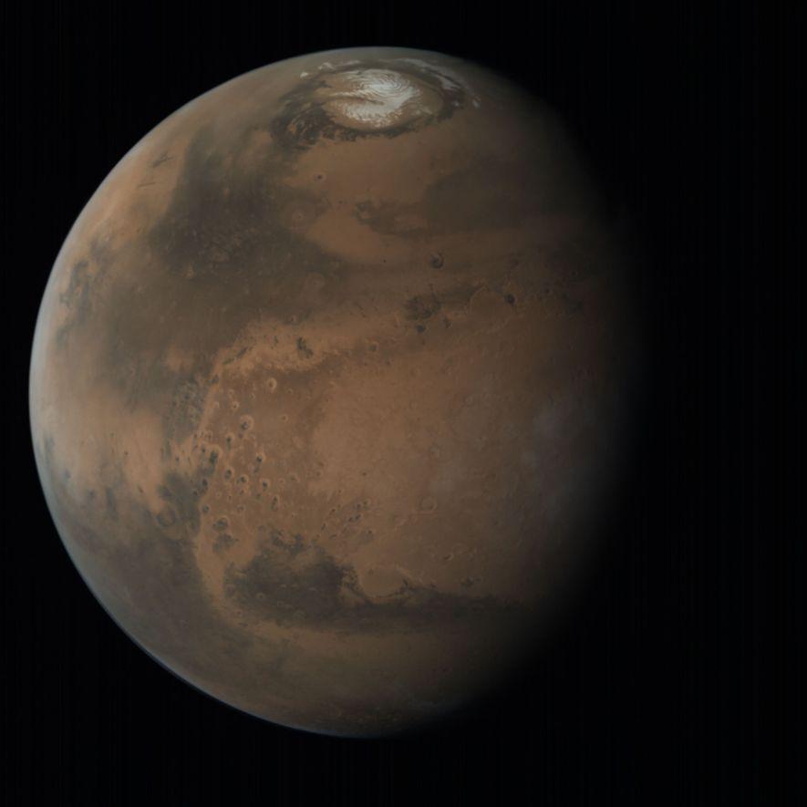 Un Marte detallado en la oscuridad del espacio en una imagen global de alta resolución de ...
