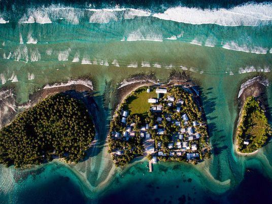 El aumento del nivel del mar plantea una difícil elección para estas islas: trasladarse o elevarse