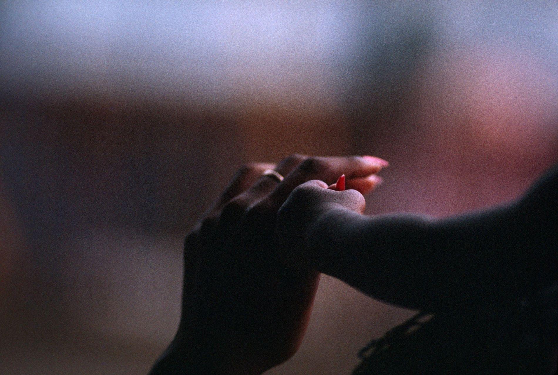 Una madre en Puerto España, Trinidad, da la mano a su hijo.