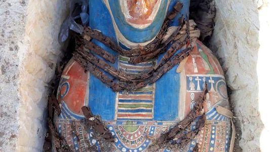 Descubren momias del antiguo Egipto junto a una pirámide de 3.800 años