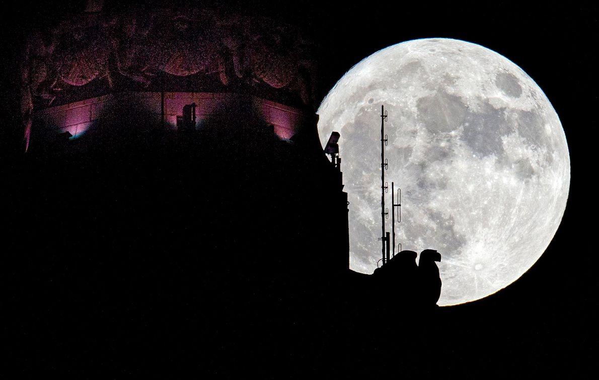 La superluna tras la torre LeVeque