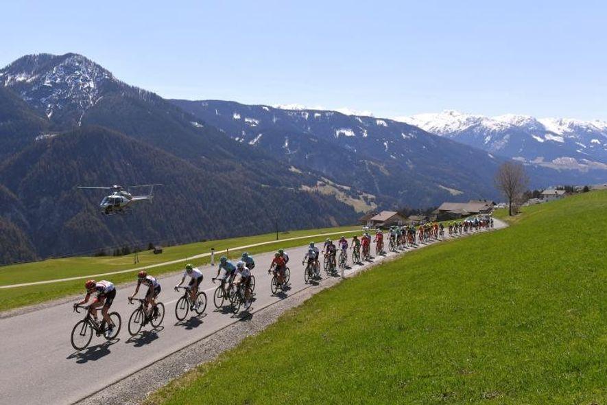 Pelotón / Sierra de Bannberg (1268m) / Paisaje / durante el 42º Tour de los Alpes ...