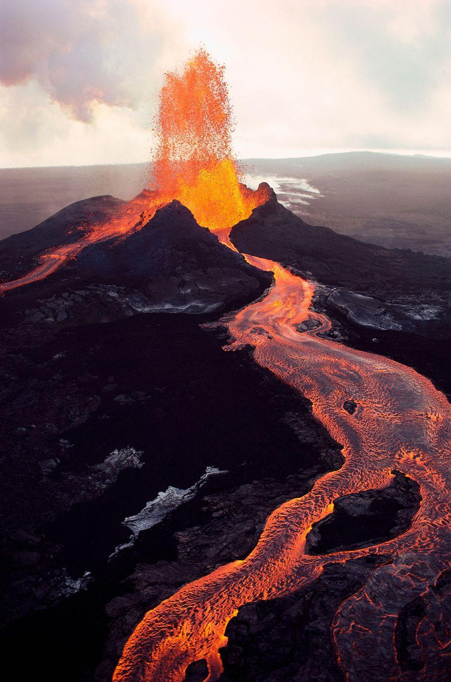 Pu'u 'Ō'ō, la fisura volcánica más oriental del Kilauea, expulsa lava fundida en la Isla Grande ...