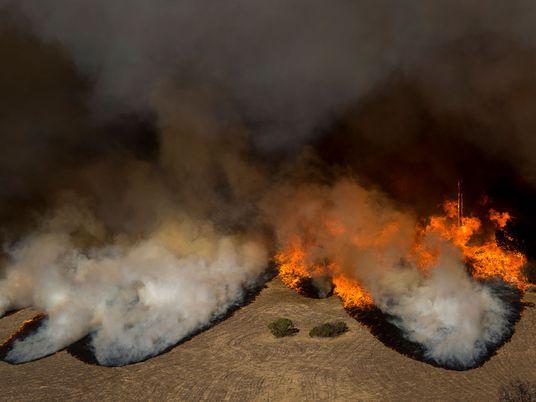 Por qué es tan difícil extinguir los incendios de California