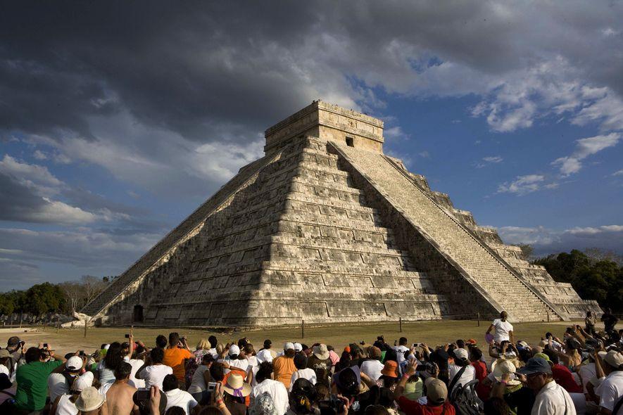 Este espectáculo de luz se celebra dos veces al año en la pirámide maya de Chichén ...