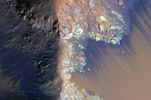 Picture of recurring slope lineae on Mars' surface