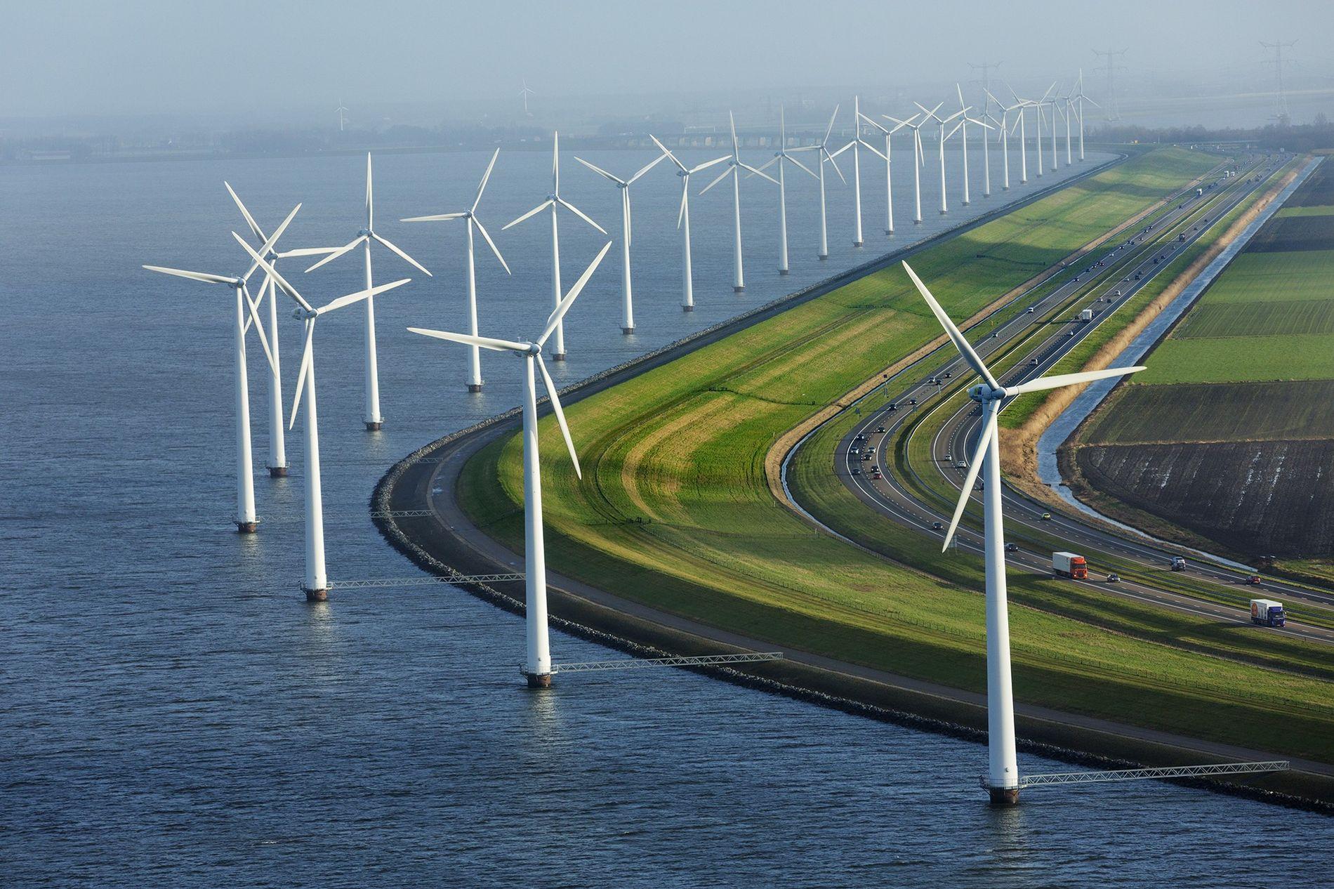 Rodeado de molinos de viento, este dique protege las granjas que están situadas por debajo del nivel del mar.