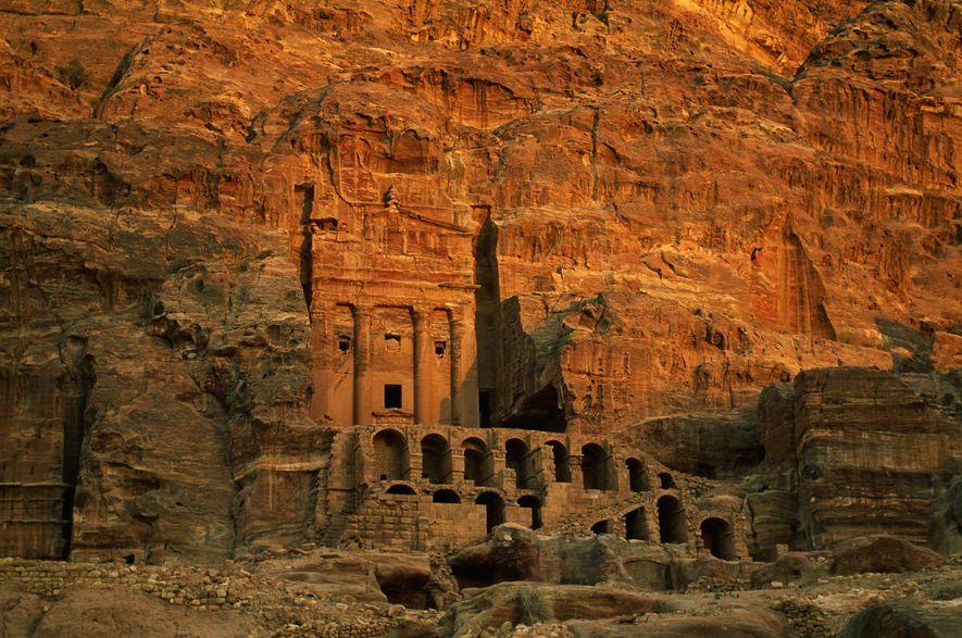Excavada en roca de color rojizo en Jordania, la antigua ciudad de Petra muestra influencias arquitectónicas ...