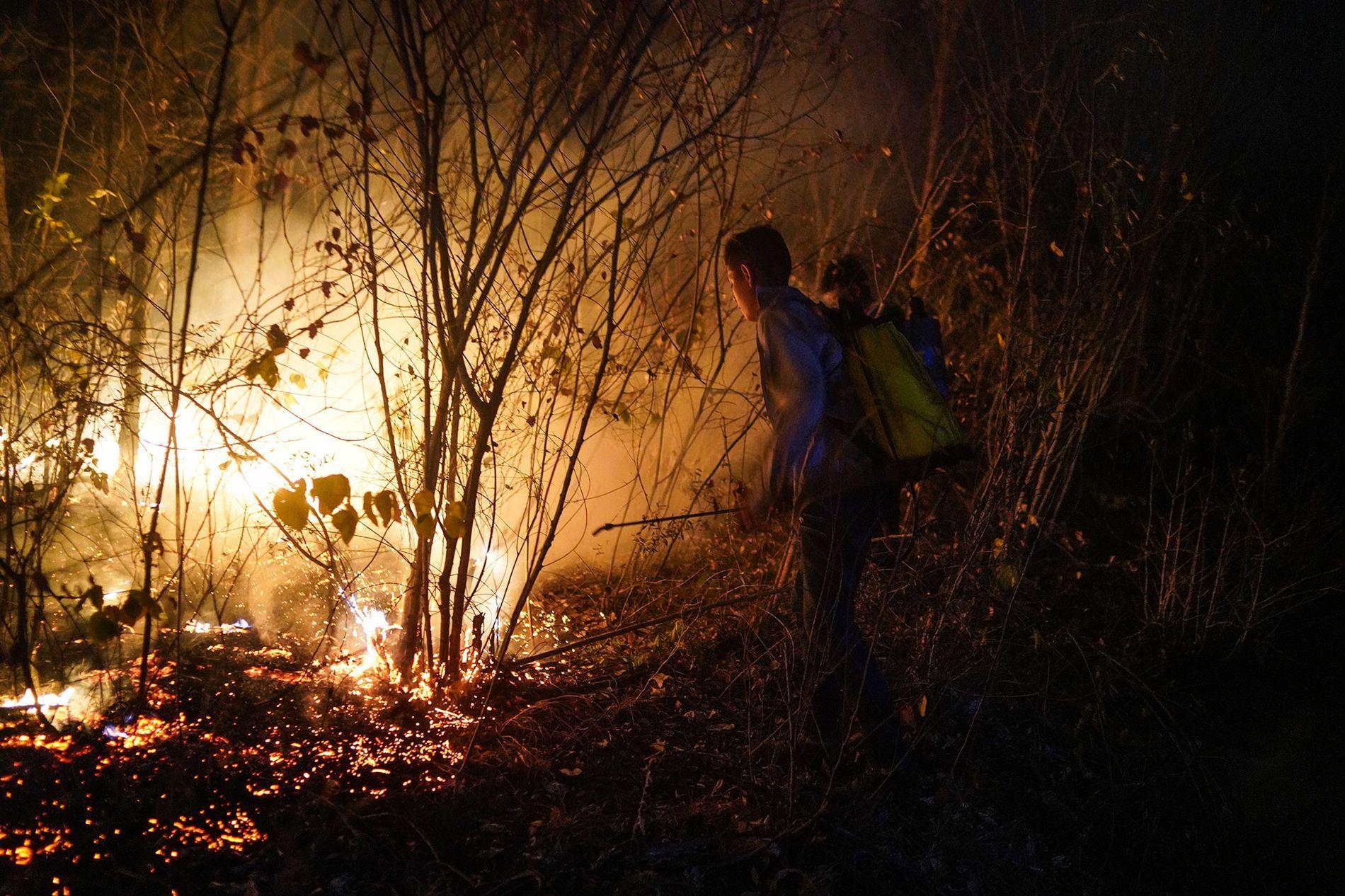 Los jóvenes voluntarios de Roboré, una localidad a 32 kilómetros de Aguas Calientes, intentan extinguir las ...