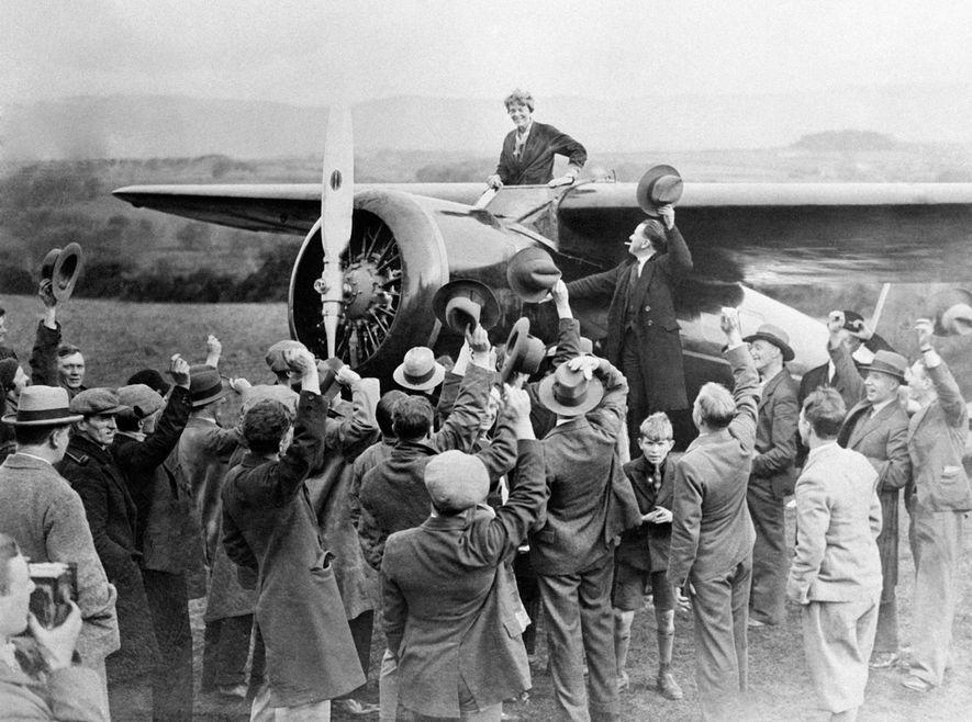 La aviadora estadounidense Amelia Earhart recibida tras su viaje trasatlántico desde Terranova en 1932.