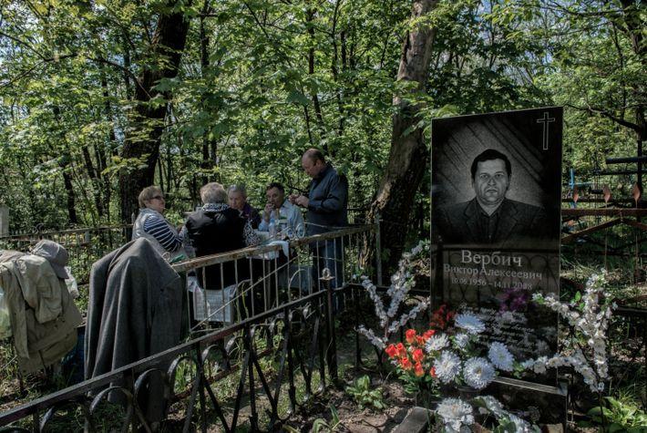 Los antiguos habitantes de la zona de exclusión visitan las tumbas de familiares y amigos
