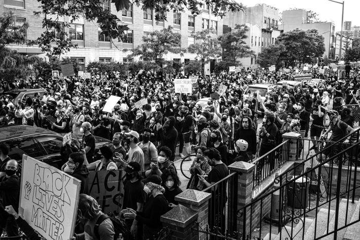 Manifestantes avanzan hacia la Comisaría 77