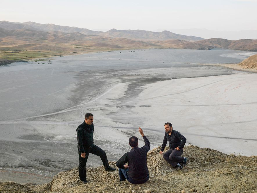 Unos hombres al borde del lago iraní Urmia, que se ha secado. Del artículo de marzo ...