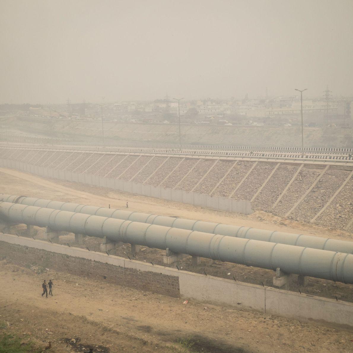 Imagen de un pueblo situado justo debajo de un depósito de basura gigante al aire libre ...