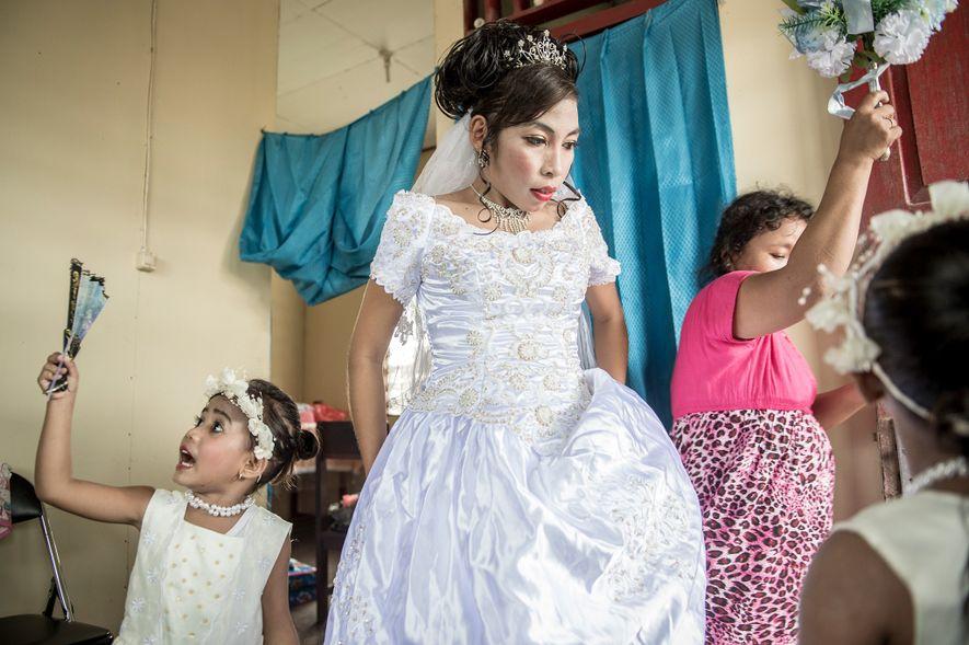 La profesora asmat Maria Fransiska (Chika) Danuk, de 23 años, se prepara para su boda. Los investigadores pretenden obtener información sobre los vestigios genéticos que dejaron los denisovanos en el ADN de los papúes modernos para mejorar su calidad de vida.