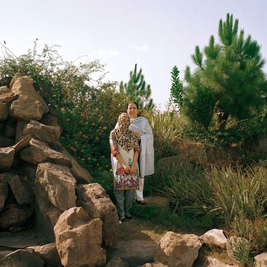 Rukhshanda Naz, abogada y activista que dirige un albergue para mujeres en Khyber Pakhtunkhwa, con una mujer afgana en su albergue. La mujer afgana de 23 años huyó de Kabul tras haber sido maltratada, secuestrada y haber sufrido abusos sexuales por negarse a casarse con un integrante de los talibanes. «La solidaridad de las mujeres no debería tener etnias ni fronteras», afirmó Naz. «Queremos vivir una vida que nuestras madres no tuvieron oportunidad de vivir y que sus madres no tuvieron oportunidad de vivir, una vida con derechos y dignidad».