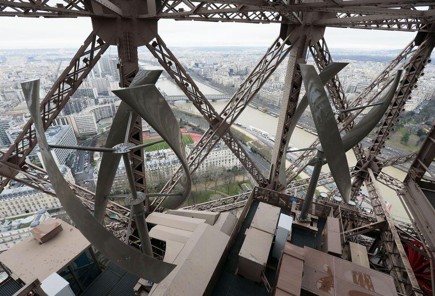 La torre Eiffel fue sometida a una readaptación de cuatro años para contribuir a que París cumpliera su objetivo de reducir el consumo energético y las emisiones de carbono en un 25 por ciento para 2020. La mayor preocupación de Gustave Eiffel cuando diseñó la torre en 1889 era la resistencia al viento. Ahora, dos turbinas (en la imagen) instaladas en el primer piso aprovechan el viento, generando una modesta cantidad de energía.