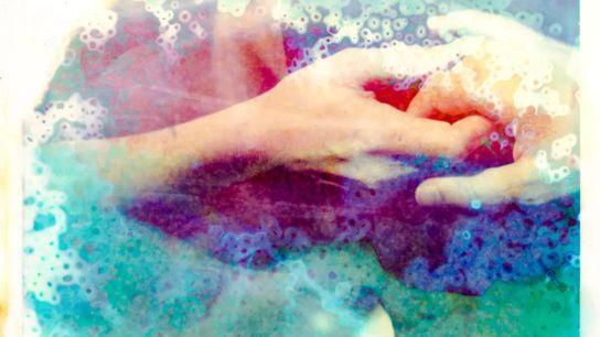 Fotografía de dos manos entrelazadas