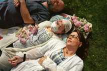 Aprovechando un día soleado de primavera, Katie y sus padres, Robb y Alesia Stubblefield, descansan plácidamente ...