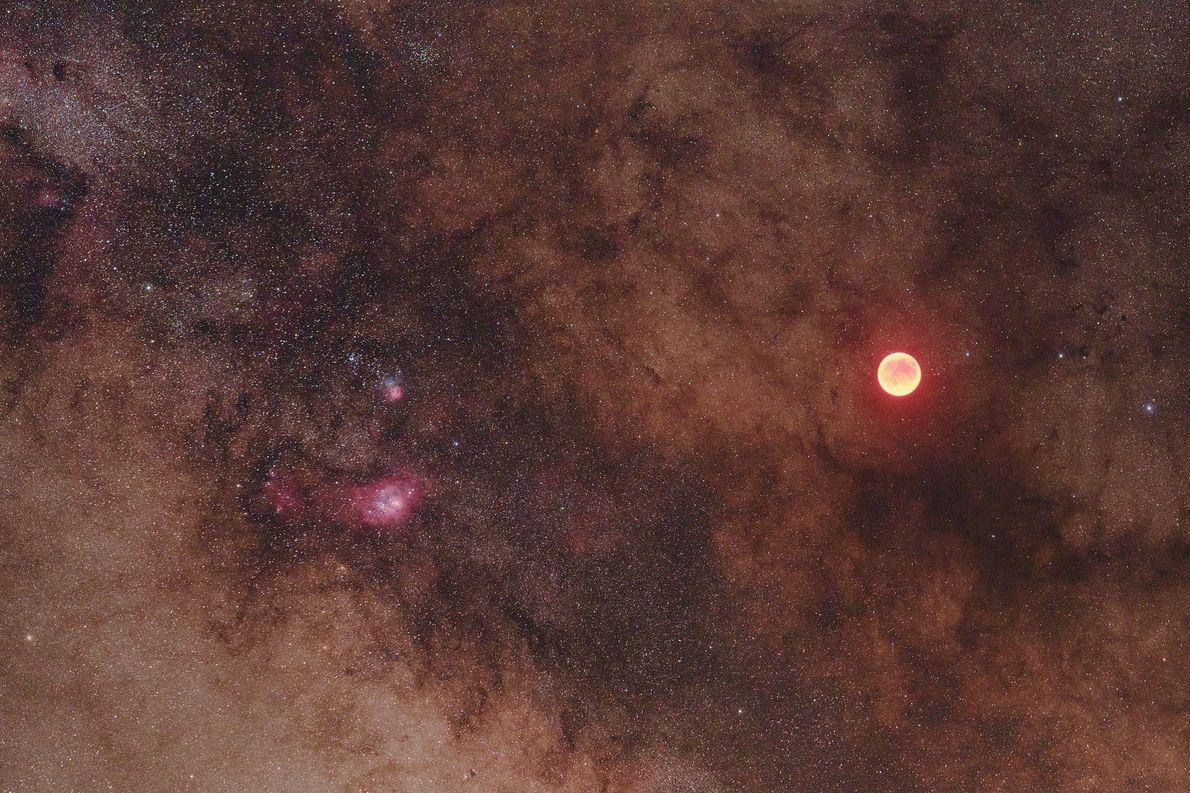 La cara roja de una Luna eclipsada