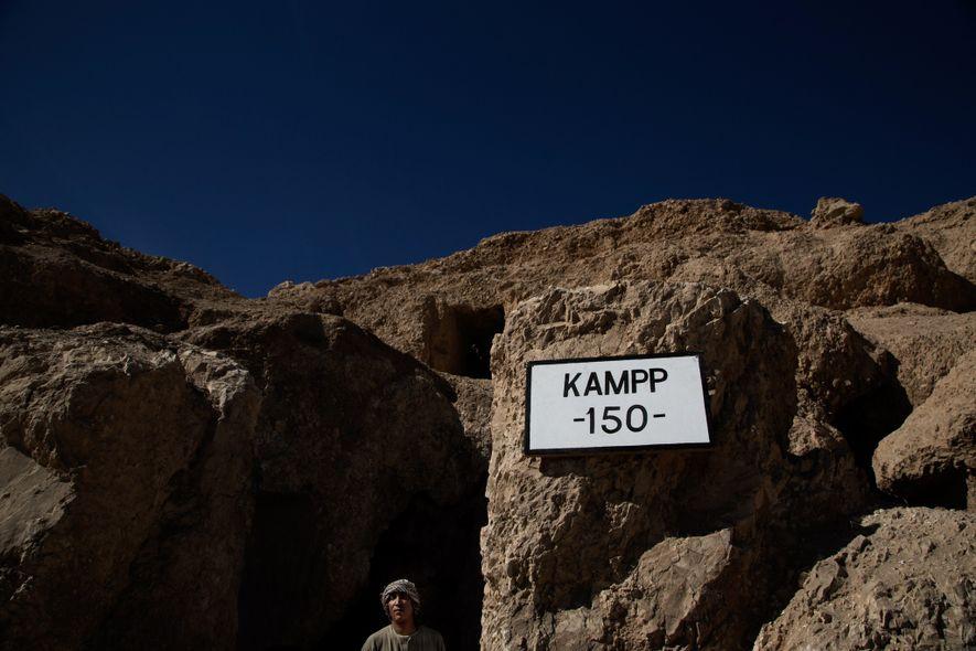 Un guardia egipcio vigila la entrada de la tumba de 3.500 años donde se ha descubierto ...