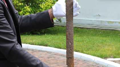 Una espada medieval de 600 años hallada en casi perfecto estado en una ciénaga de Polonia