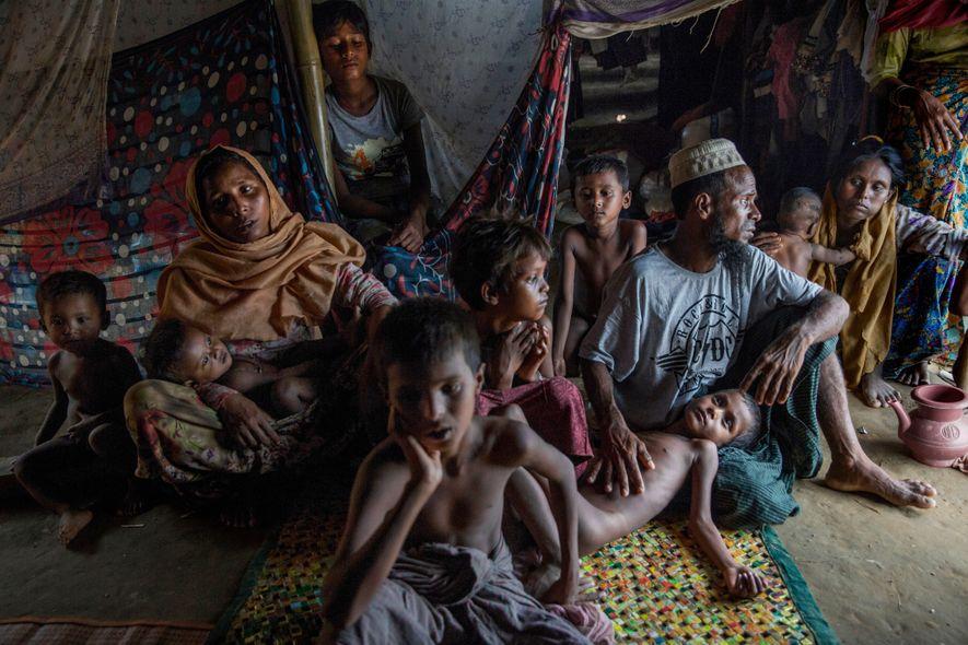 «Cuando los refugiados llegan al campamento abarrotado, tienen que montar sus propias tiendas con varas de ...
