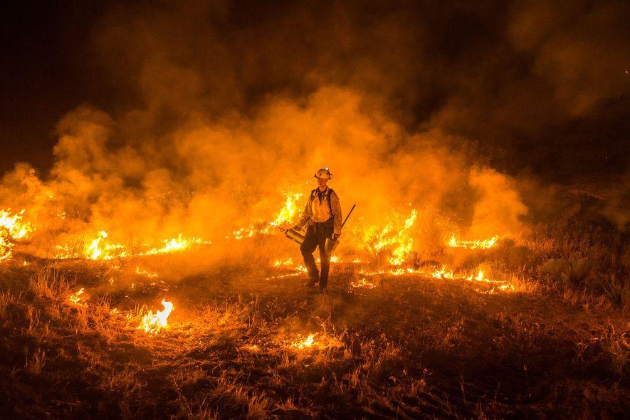 El incendio en la frontera mexicana-estadounidense arde cerca de Campo y Potrero en el condado de ...