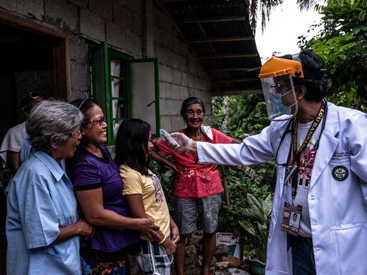 Así trabaja el único médico de este municipio filipino para prevenir la COVID-19