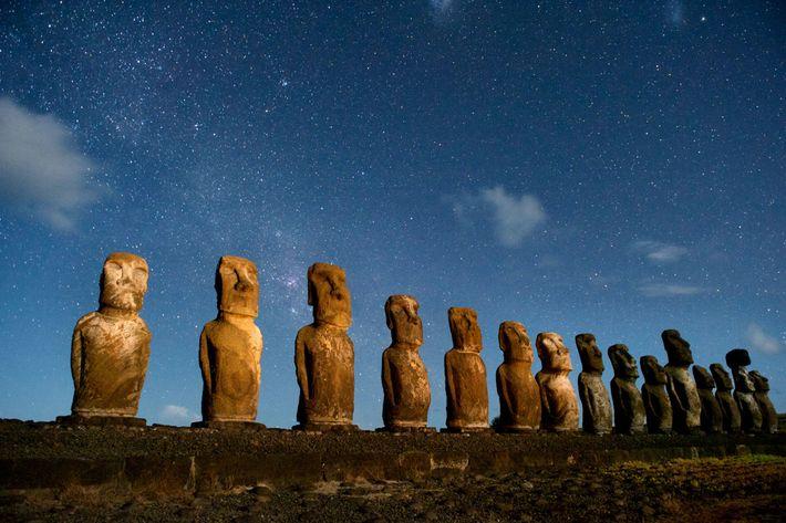 Una hilera de moai hace de centinela en Rapa Nui, también conocida como Isla de Pascua. ...