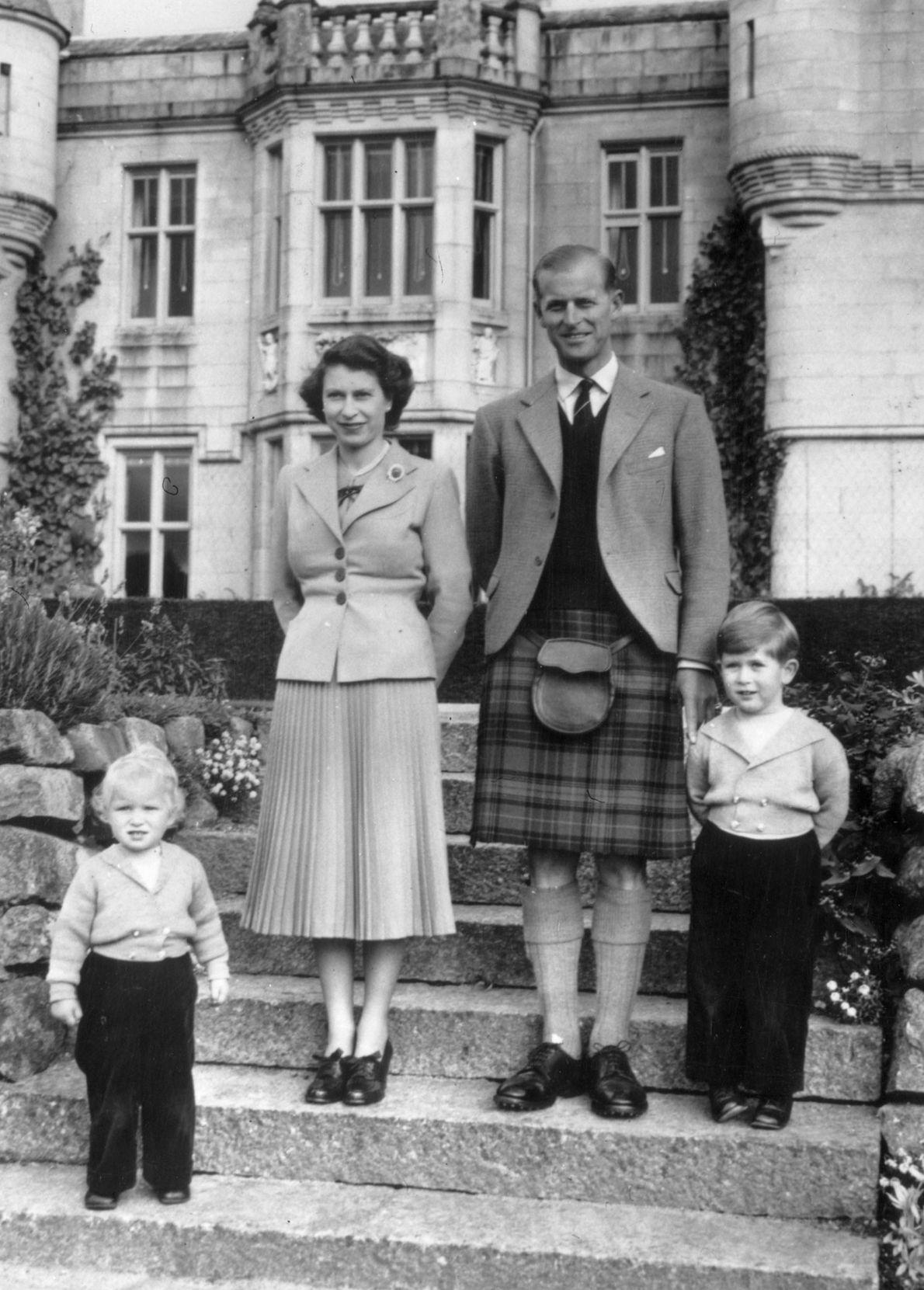 Isabel II y el príncipe Felipe con sus hijos