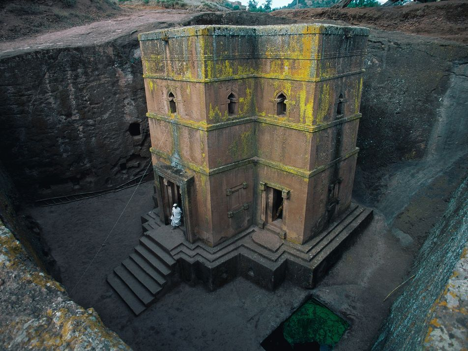 Magníficos edificios antiguos excavados en piedra