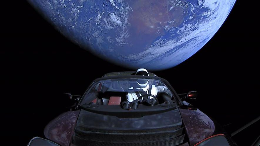 El Tesla Roadster de Elon Musk fue lanzado del cohete Falcon Heavy de SpaceX con el …