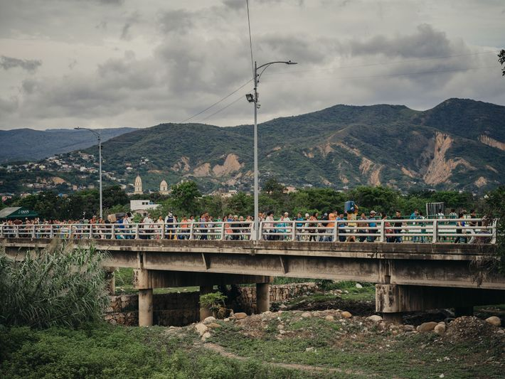 Los venezolanos atraviesan el puente Simón Bolívar