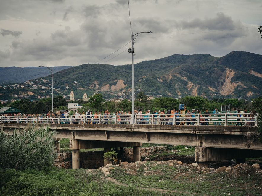Los venezolanos atraviesan el puente Simón Bolívar hacia Cúcuta, Colombia. Algunos de los miles de refugiados ...