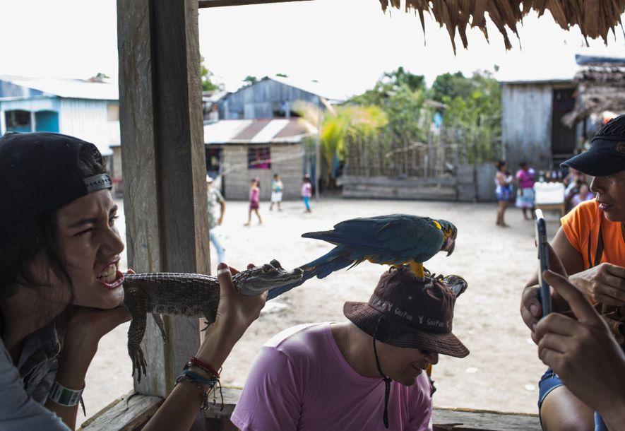 Unos turistas posan con animales