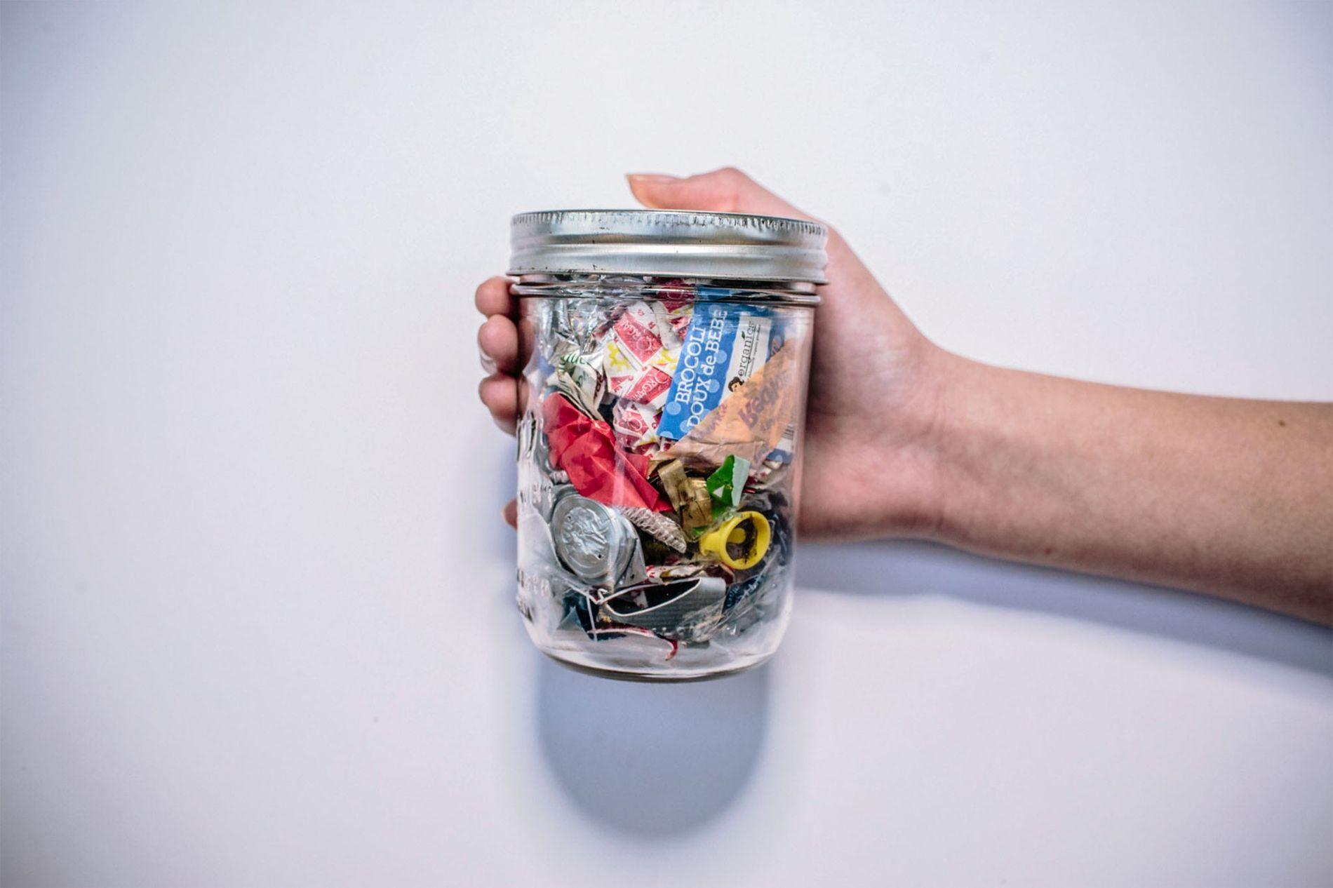 Este tarro contiene todos los residuos producidos en dos años por Kathryn Kellogg, de California, que no eran reciclables ni compostables.
