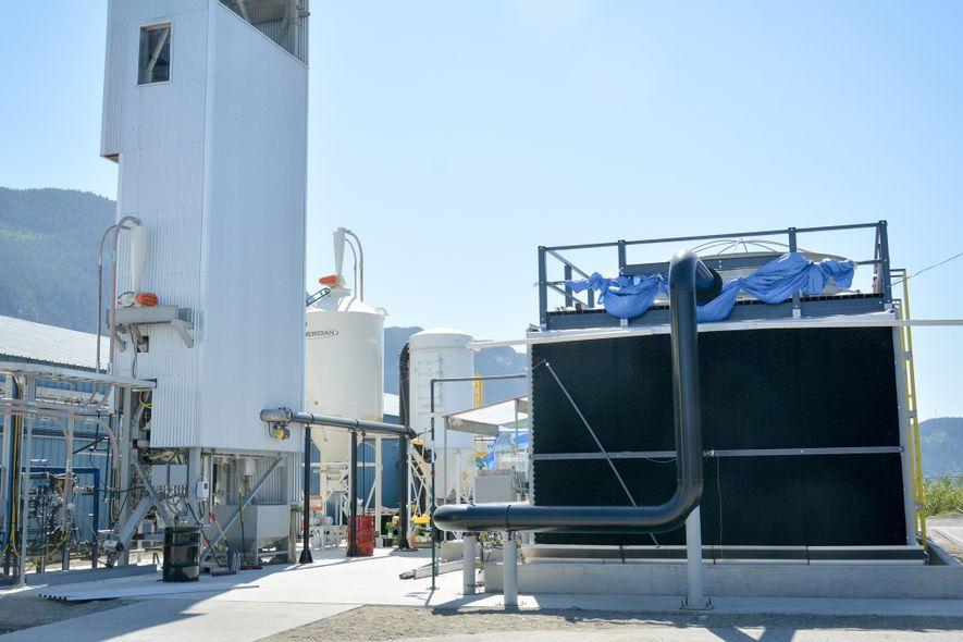 La maquinaria de Carbon Engineering extrae dióxido de carbono de la atmósfera en una planta de ...